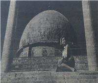 سر جلوس نعيمة عاكف على سلالم «قبة الصخرة» بالقدس