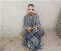 حكايات| رضوان «أبو دم خفيف».. أشهر مصلح للأحذية يدويًا في المنيا