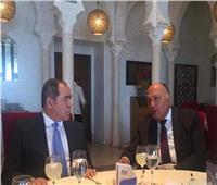 وزير الخارجية يبحث مع نظيره الجزائري ببرلين تعزيز التعاون بين البلدين