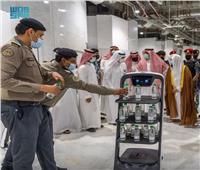 السعودية تستعين بـ«الروبوت» لتوزيع ماء زمزم فى الحرم المكي| صور