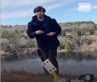 شاب أمريكي يصيب أهدافًا مستحيلة بـ«أوراق الكوتشينة» | فيديو