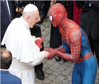 «سبايدر مان»يلتقي البابا فرنسيس ويقدم له قناع هدية | فيديو