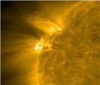 الأقمار الصناعية تسجل انفجارًا جزئيًا خلف حافة الطرف الشمالي الشرقي للشمس