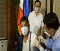 الرئيس الفلبيني يتلقّى جرعته الثانية من لقاح سينوفارم المضاد لكورونا