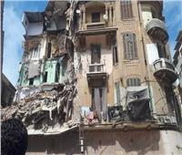 فريق من النيابة العامة ينتقل لموقع العقار المنهار بوسط الإسكندرية
