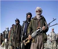 بالفيديو | مقاتلو طالبان يسلمون أسلحتهم للحكومة الأفغانية