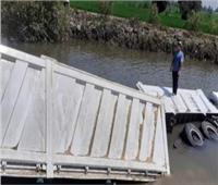 سقوط سيارة نقل بمياه بحر مويس في الشرقية
