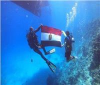 احتفالا بـ30 يونيو.. غواصون يرفعون علم مصر تحت الماء