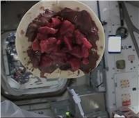 رائد فضاء يتحدى الجاذبية بصناعة «كريب» في الفضاء | فيديو