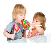 مخاطر كثرة تناول الحلوى على طفلك في العيد