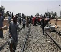 عودة حركة القطارات لطبيعتها بعد حادث اصطدام قطار مع سيارة بقنا| صور