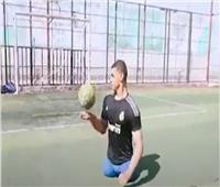 قصة ملهمة.. «محمد» يلعب كرة القدم باليد بعد بتر ساقيه | فيديو