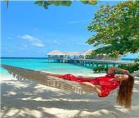 نسرين طافش بإطلالة حمراء مميزة على شواطئ المالديف