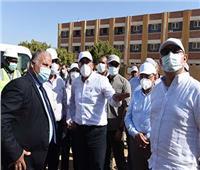 رئيس الوزراء يتفقد مجمع الخدمات ووحدة طب الأسرة بقرية الكاجوج بأسوان