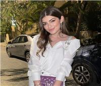 «حقيبة موف» وملابس بيضاء.. ليلى زاهر «شياكة 2021»