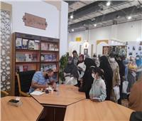 ركن جامعة الأزهر بمعرض الكتابيستقبل الزوار بورشة لكتابة الأسماء بالخط العربي