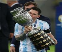 في ليلة تتويجه ببطولة كوبا أمريكا..«ميسي» يحمل أول كأس دولية خلال مسيرته  صور