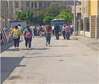 لليوم الثاني.. اتوبيسات أمام «لجان الثانوية» بالمنيا لنقل المراقبين الي استراحتهم