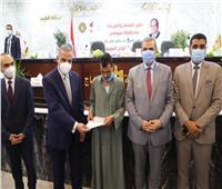 وزير القوي العاملة ومحافظ سوهاج يسلمان 60 عقد عمل لذوي الهمم والعزيمة
