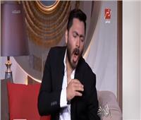 تامر حسني يقلد الزعيم ويؤكد: أستاذ عادل إمام بيجري في دمي |فيديو
