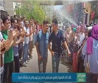 طلاب آداب المنصورة ينظمون ممرا شرفيا لزميلهم بسبب مشكلاته الصحية | فيديو