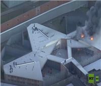 سجناء يتسلقون سقف سجن هربا من الحريق.. فيديو