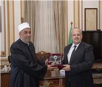«الخشت» يهدي رئيس القطاع الديني بوزارة الأوقاف درع جامعة القاهرة