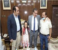 محافظ المنوفية يستقبل صاحب واقعة قطار منوف وابنته