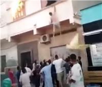 """في موقف بطولي .. شاب """"مغربي"""" ينقذ طفلين من حريق بمدينة الناظور"""