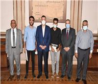 رئيس جامعة عين شمس يُكرم طالبين بزراعة عين شمس