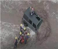 إنقاذ عائلة أمريكية علقت «فوق سيارة» وسط السيول