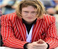 كاليب لاندي جونز ببدلة حمراء في مهرجان «كان السينمائي»