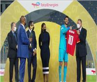 دوري أبطال إفريقيا | لاعبو الأهلي يهدون الخطيب قميصًا يحمل اسمه