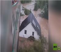 مياه الفيضان تجرف منزلًا كاملًا في ألمانيا | فيديو