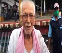 فيديو| مسن هندي ينجو من الموت بأعجوبة أسفل عجلات قطار