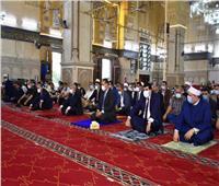 محافظ الشرقية يؤدي صلاة عيد الأضحى بمسجد الفتح في الزقازيق