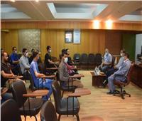 لتهنئتهم بالعيد.. رئيس جامعة سوهاج يجتمع مع تمريض جناح العزل بالمستشفى الجامعي