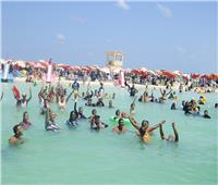 كاملة العدد.. إقبال غير مسبوق على الشواطئ في أول أيام العيدبمطروح