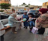 رئيس مدينة رشيد تشارك الأهالى احتفالاتهم بالعيد وتوزع الهدايا على الأطفال