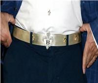 مصمم بريطاني يقدم للرجال حذاءً مرصعاً بالماس وحزاماً بلاتينياً وسترة ذهبية