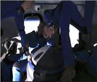 الملياردير «جيف بيزوس» يُوثق انعدام الجاذبية خلال رحلته للفضاء   فيديو