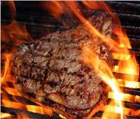 استشاري يحذر من هذه الطريقة في طهي اللحوم: تسبب السرطان| فيديو