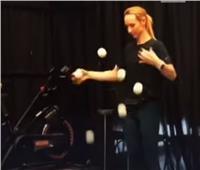 شاهد.. فتاة روسية تتحكم بـ 14 كرة في نفس الوقت بمهارة كبيرة