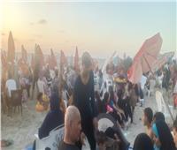 زحام بالشاطئ المجاور لـ«النخيل».. ومواطنون يتحايلون لدخول المنطقة الخطرة.. فيديو