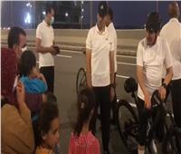 الرئيس يحاور أسرة مصرية.. ويداعب الأطفال: «نفسكم تطلعوا إيه»؟ | فيديو