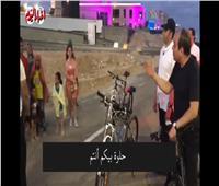 الرئيس السيسي يلتقى عددًا من المواطنين في جولة بدراجته بالعلمين |فيديو