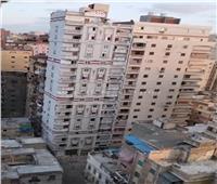 صور| فرض كردون أمني على عقار الإسكندرية المائل