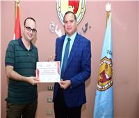 رئيس جامعة سوهاج يكرم المشاركين في ورشة عمل «رمضانك بهجة»