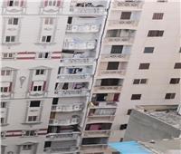 إزالة 10 أدوار من عقار الإسكندرية المائل خلال ساعات   فيديو