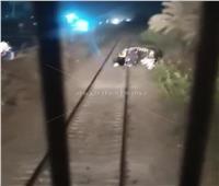 قائد قطار يمنع حادث دهس «توك توك» عالق بشريط السكة الحديد في طنطا  فيديو